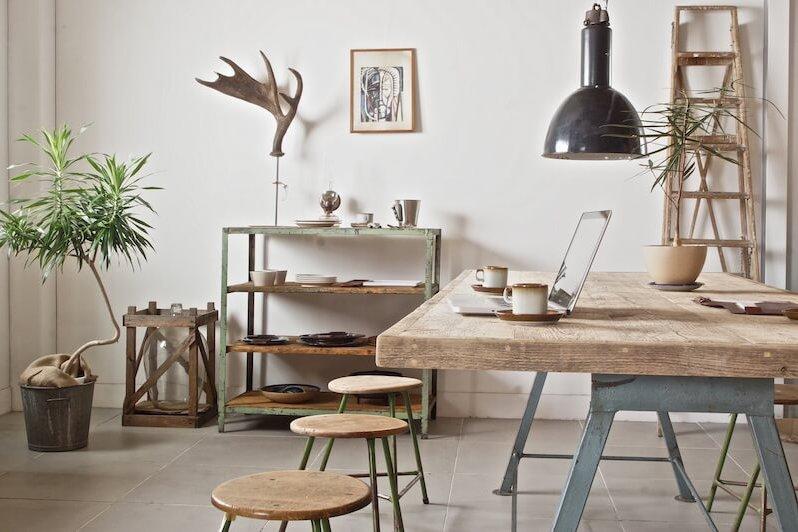 ヨーロッパ各地で買い付けたヴィンテージインダストリアル照明・家具