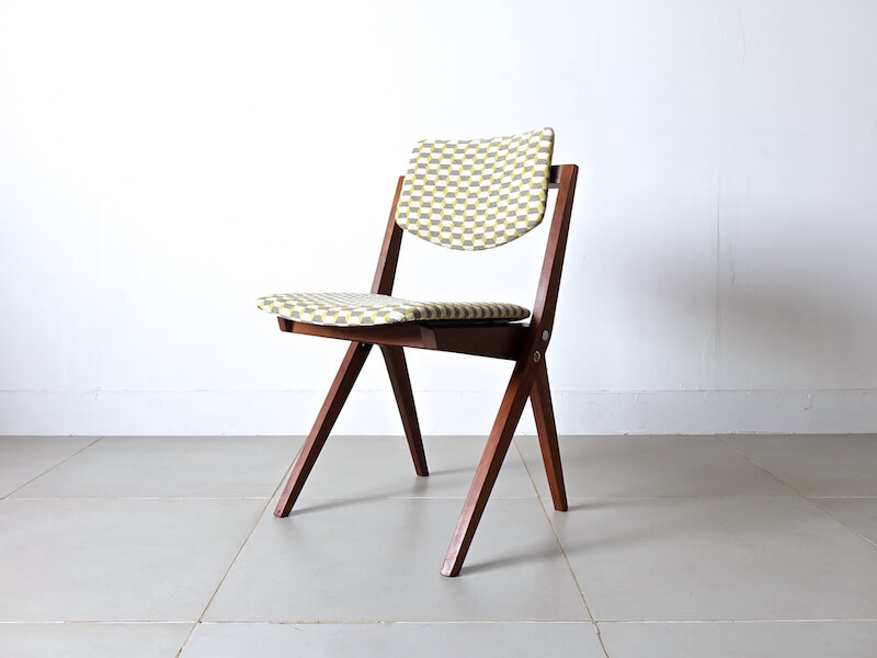 Boomerang leg chair