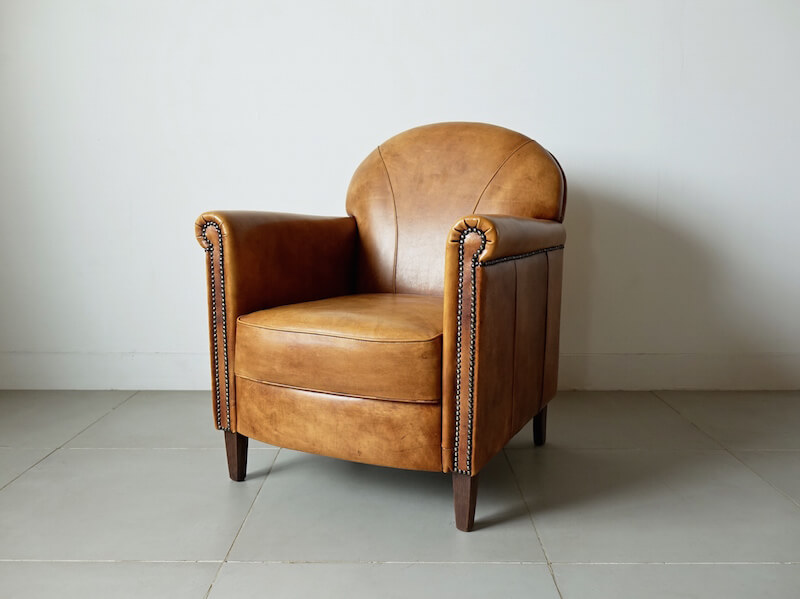 Leather-tight classic easy chair