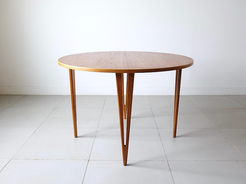 Round anonimous dining table
